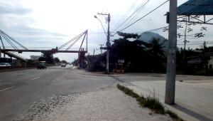 Acesso à trilha se dá pela rua ao lado da passarela de São José. (foto: Maricá Info)