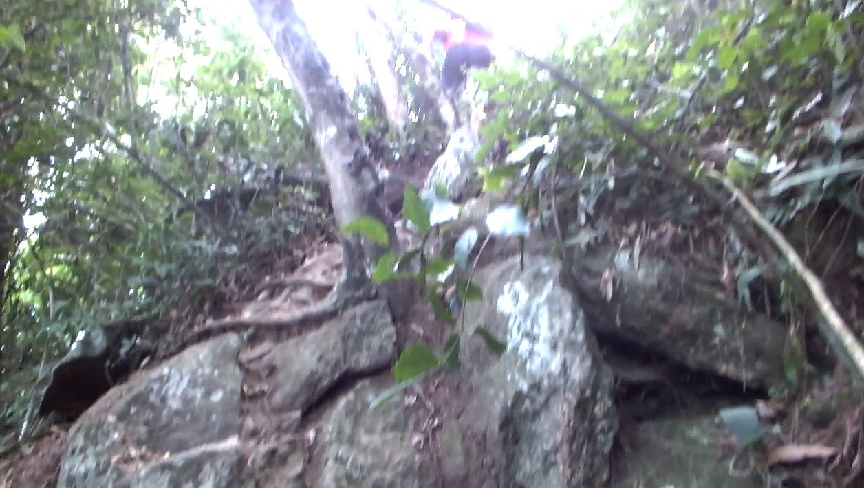 Há uma parte onde o acesso se dá por pequena escalada nas pedras. (foto: Maricá Info)