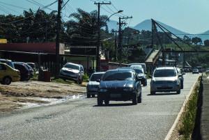 Diversos buracos e trechos com terra invadindo a pista colocam motoristas e pedestres em risco. (foto: João Henrique / Maricá Info)