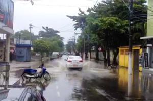 Rua Barão de Inohan alagada. (foto: Rafael Pina)