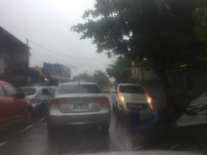 Carros voltavam na contramão devido alagamento de vias.
