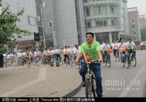 Chen leads employees on bike ride