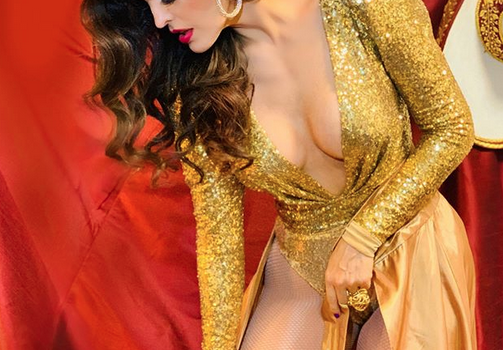 ¡Sensuales curvas muestra Ana Barbara con vestido transparente!