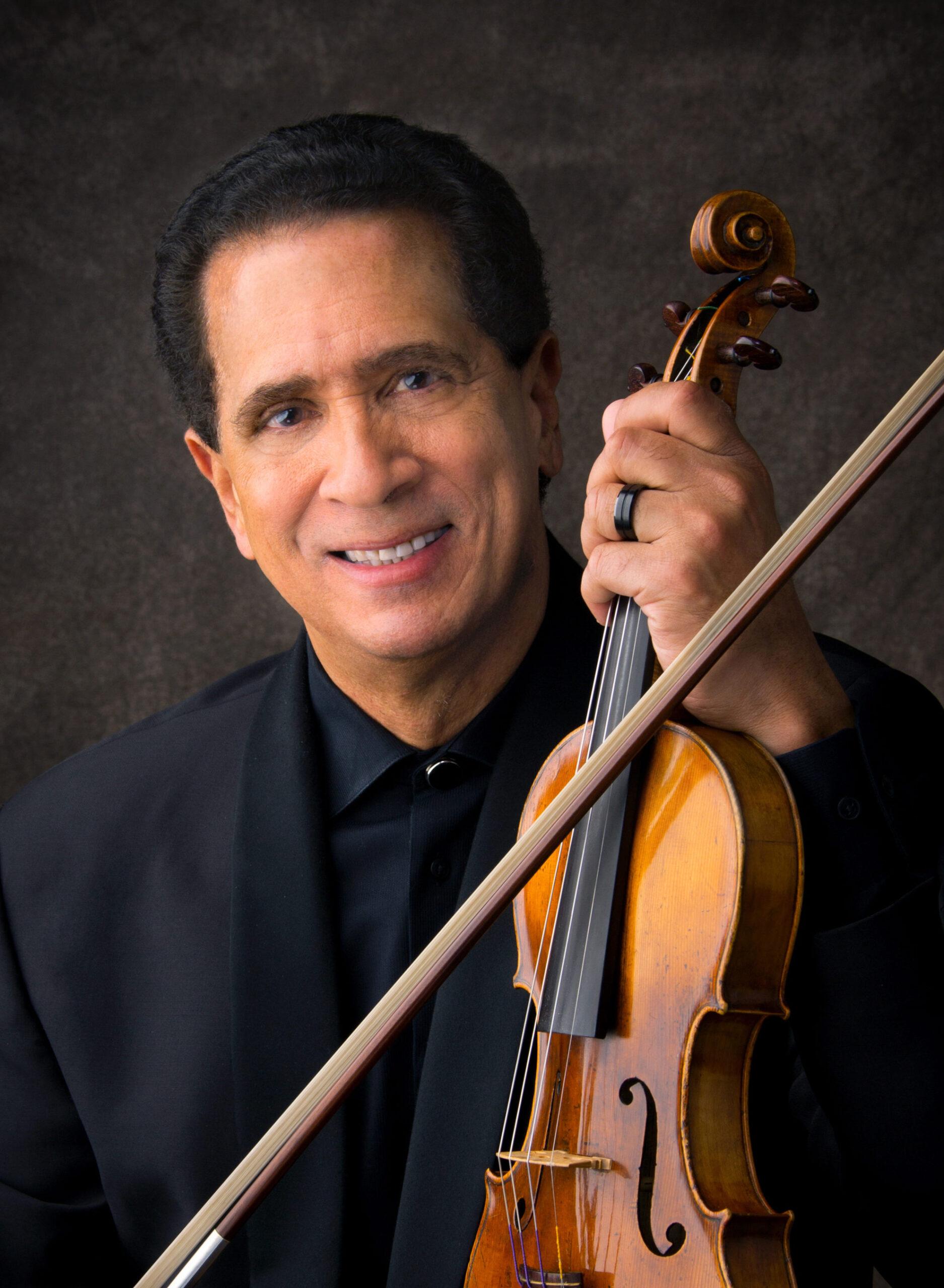 guillermo figuero holding a violin