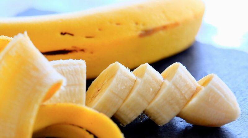 Gigi putih semula jadi dengan kulit pisang