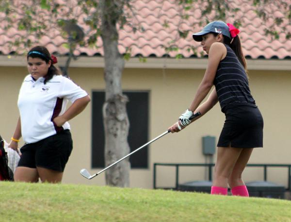 Sara Casarez chips the ball onto the green.
