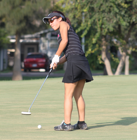 Celica Quintana putts in her ball.