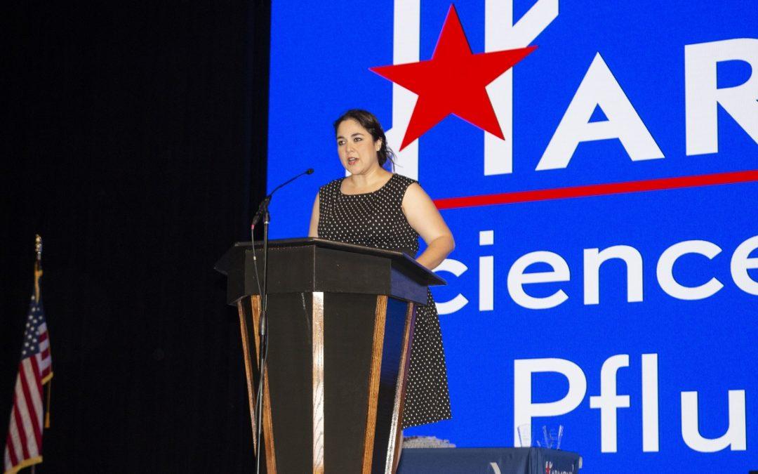 Larissa Dávila participa como orador de apertura en la graduación de la preparatoria Harmony Science Academy Pflugerville