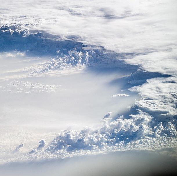 As nuvens vistas do espaço parecem ondas quebrando no mar na série Blue Dot, de Oleg Artemyev.