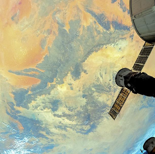 Parte da ISS aparece na foto da série Earth Paints, do cosmonauta Artemyev.