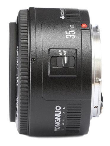 A visão lateral da lente Yongnuo 35mm f/2. Abaixo, a lente Canon 35mm f/2 para comparação. Diferente das anteriores, que eram cópias quase idênticas às Canon, a 35mm da Yongnuo é bastante diferente.