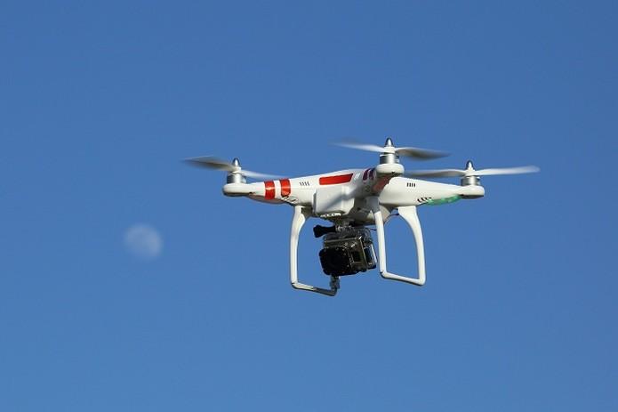 Drone no ar, equipado com uma câmera Go Pro. | Foto: Flickr/Don McCullough