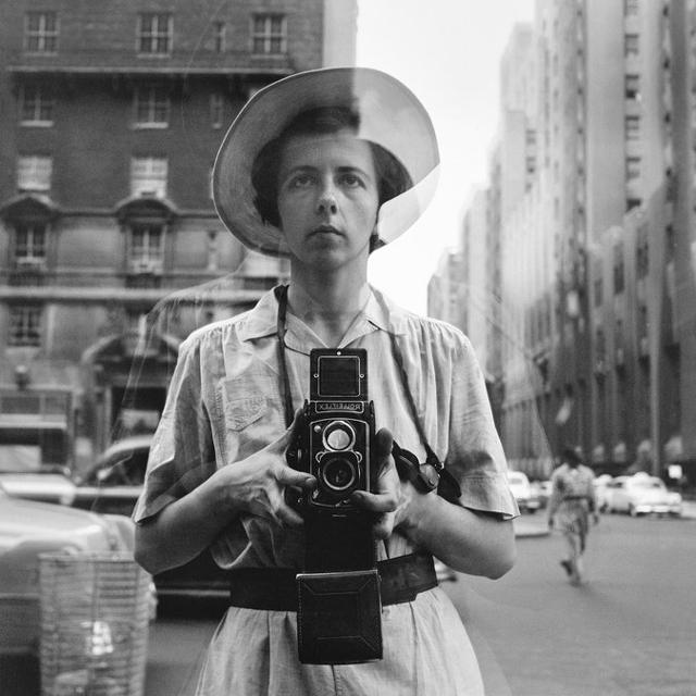 Vivian Maier era uma fotógrafa de rua no século 20. Esta foto foi tirada em 1954 com uma câmera Rolleiflex TLR.