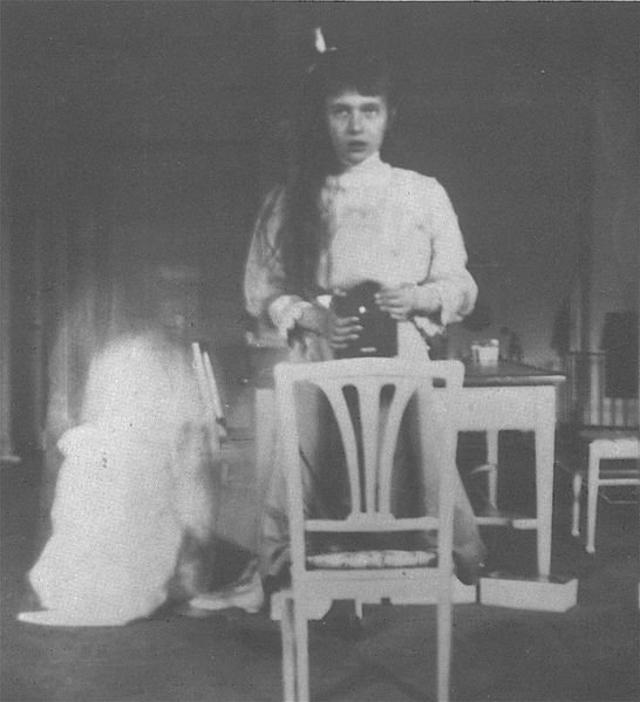 """Fotografia da grã-duquesa Anastasia Nikolaevna. A fotografia foi então enviada para uma amiga dela com a mensagem anexada: """"Eu tirei essa foto de mim mesma olhando para o espelho. Foi muito difícil, pois minhas mãos tremiam"""""""
