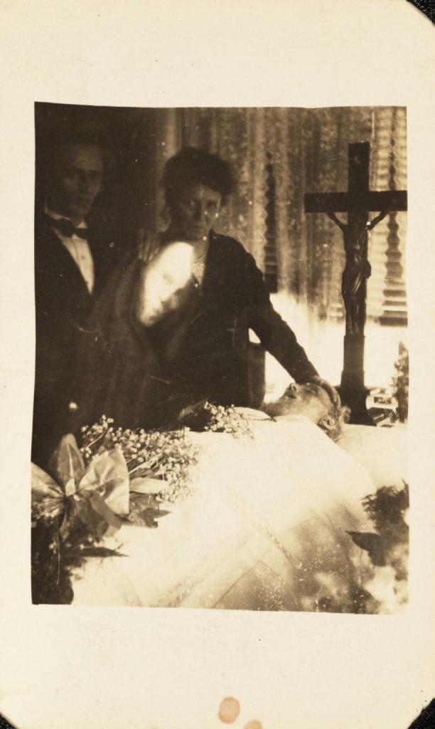iPhotoChannel-as-bizarras-fotos-de-espiritos-do-comeo-dos-anos-1900-271-1434464894