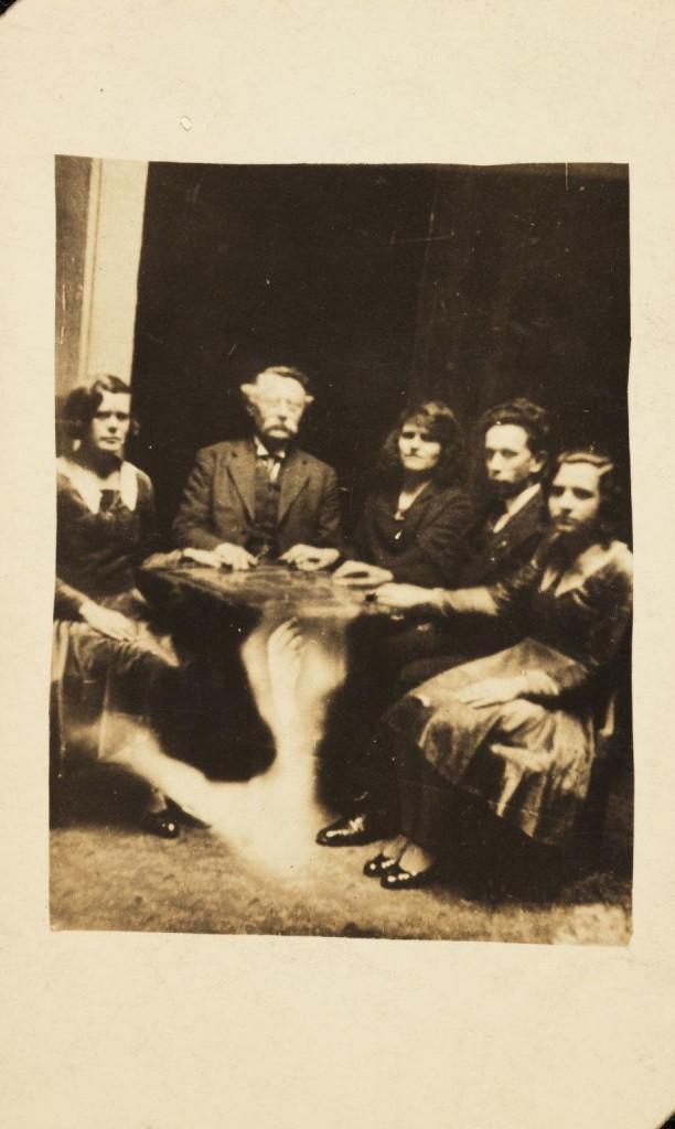 iPhotoChannel-as-bizarras-fotos-de-espiritos-do-comeo-dos-anos-1900-500-1434464890