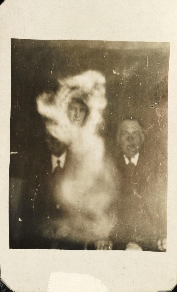iPhotoChannel-as-bizarras-fotos-de-espiritos-do-comeo-dos-anos-1900-618-1434464899
