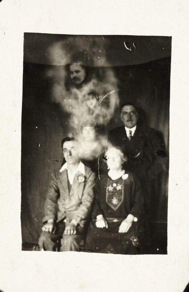 iPhotoChannel-as-bizarras-fotos-de-espiritos-do-comeo-dos-anos-1900-880-1434464887