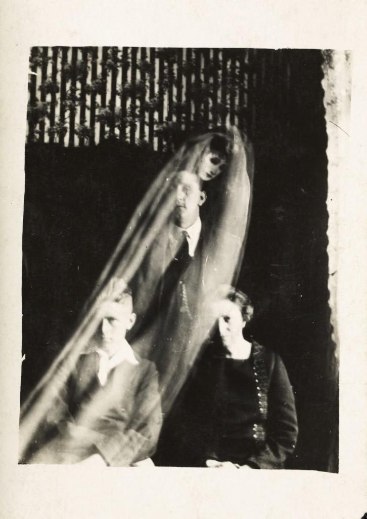 iPhotoChannel-as-bizarras-fotos-de-espiritos-do-comeo-dos-anos-1900-985-1434464895