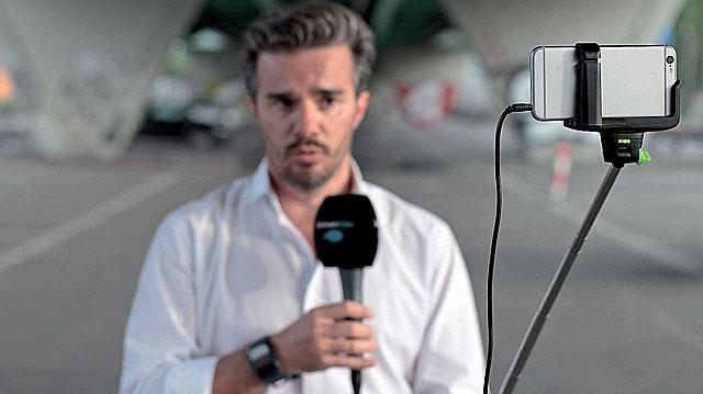 O reporter Denis Palma, do Léman Bleu, sendo filmado com um iPhone | Foto: Laura Keller