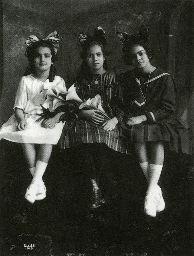 Frida Kahlo com 12 anos com a irmã Cristina esquerda e sua melhor amiga Isabel Campos centro em 1919
