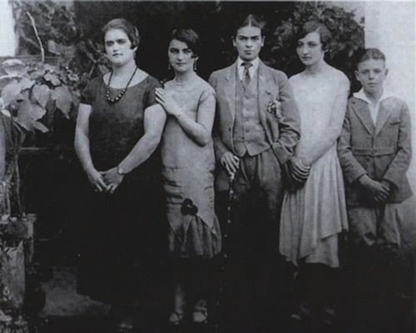 Frida Kahlo com 16 anos com as irmãs Adriana e Christina e os primos Carmen e Carlos Verasa em 1924