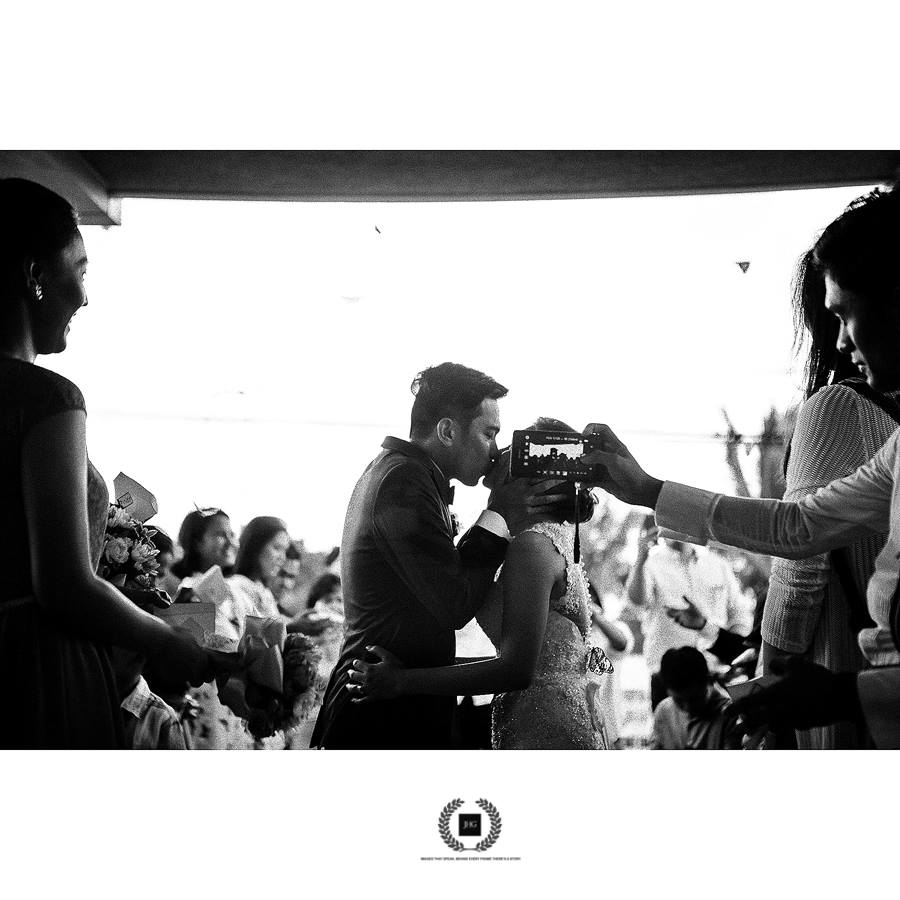 O celular no rosto da noiva da hora do beijo, uma das fotos mais importantes (ou talvez a mais importante!) de um casamento | Foto: Joel H. Garcia