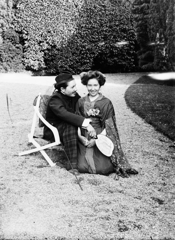 Foto de um casal feita por volta de 1880, descoberta na Escócia. A moça segurou bem o sorriso, mas mexeu um pouco, o que borrou de leve a imagem.