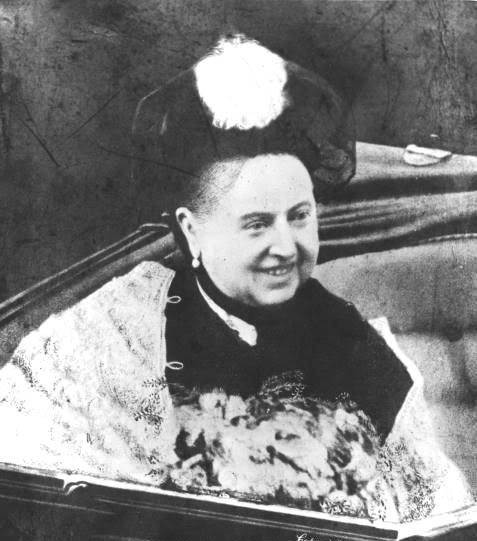 A Rainha Vitória fotografada sorrindo.