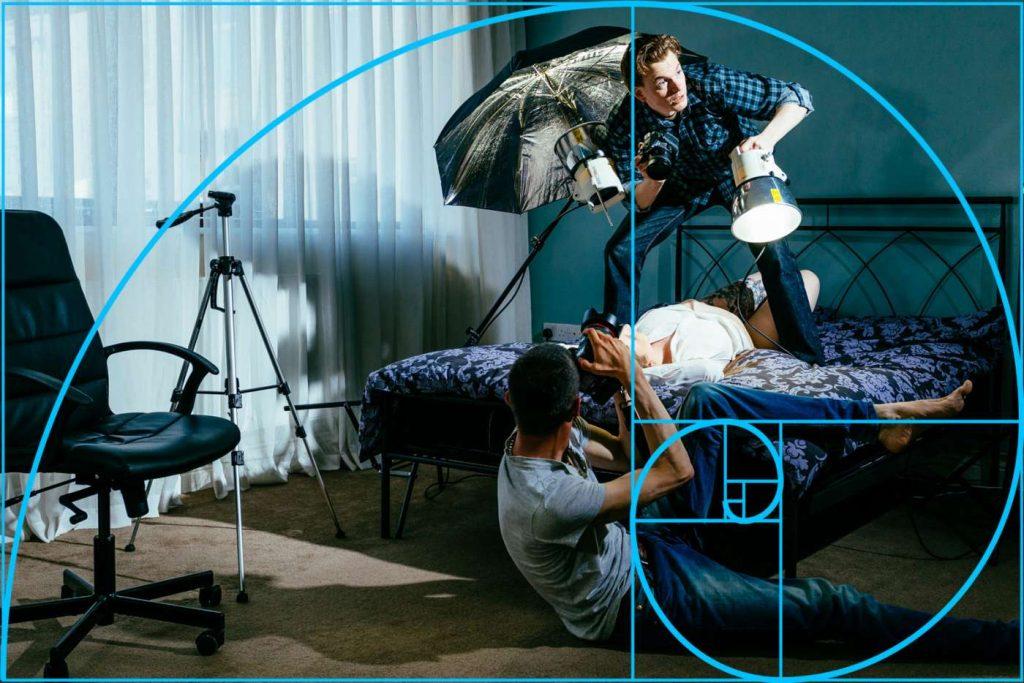 Desta vez, a espiral passa através de objetos de fundo como a cadeira e tripé, em torno da iluminação e para a perna dobrada do fotógrafo no chão | Foto: Jon Sparkman