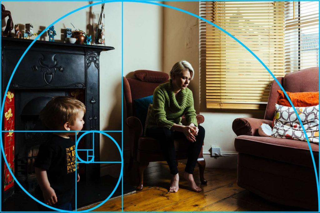 Esta imagem focaliza a criança, dominando a imagem em primeiro plano, mais que a mãe adulta | Foto: Jon Sparkman