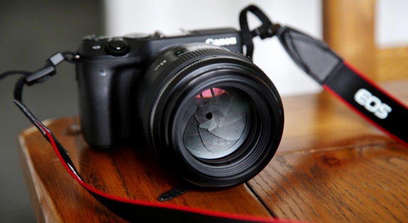 A lente Yongnuo 85mm f/1.8 na câmera mirrorless Canon EOS M3