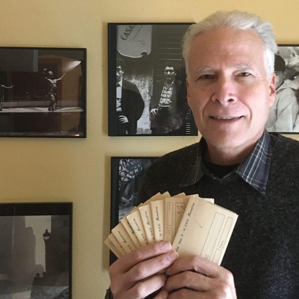 Tom Sponheim com as fotografias descobertas