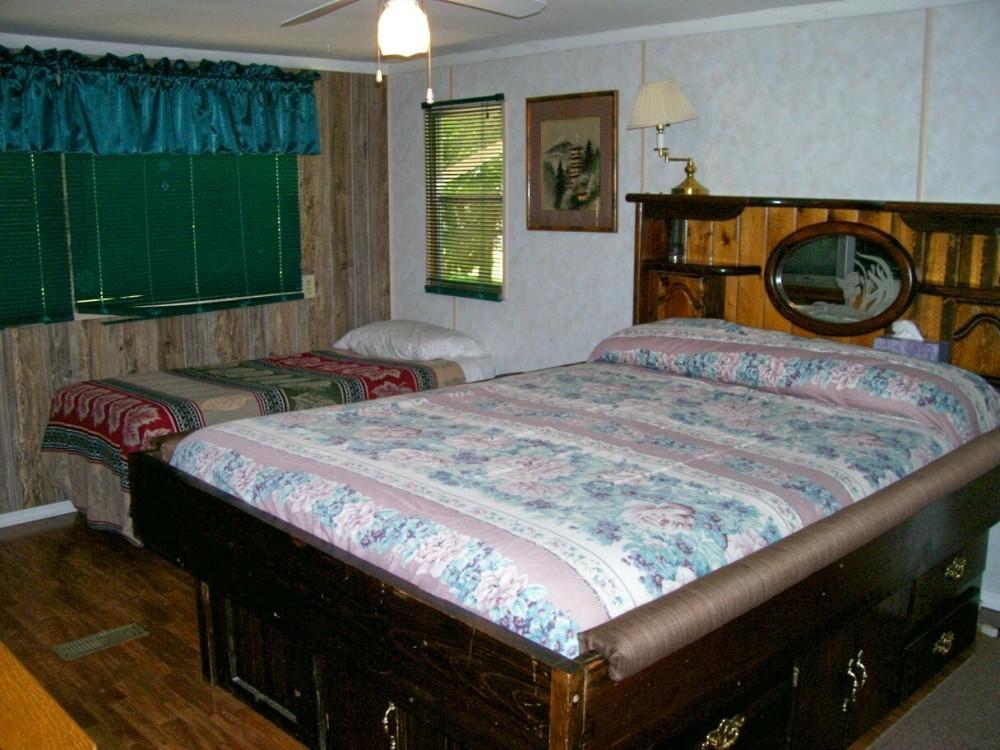 Ozaark retreat queen bedroom
