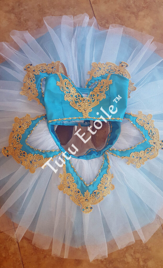 Teal white and gold, Le Corsaire