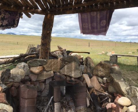 rustic-lodge-campfire-buffalo-wy
