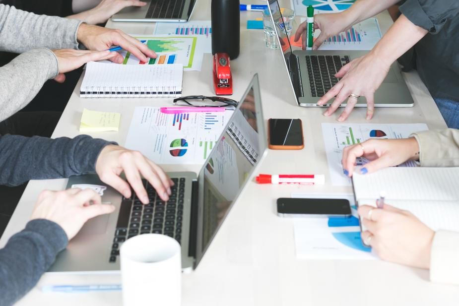 team-sales-business-meeting_925x