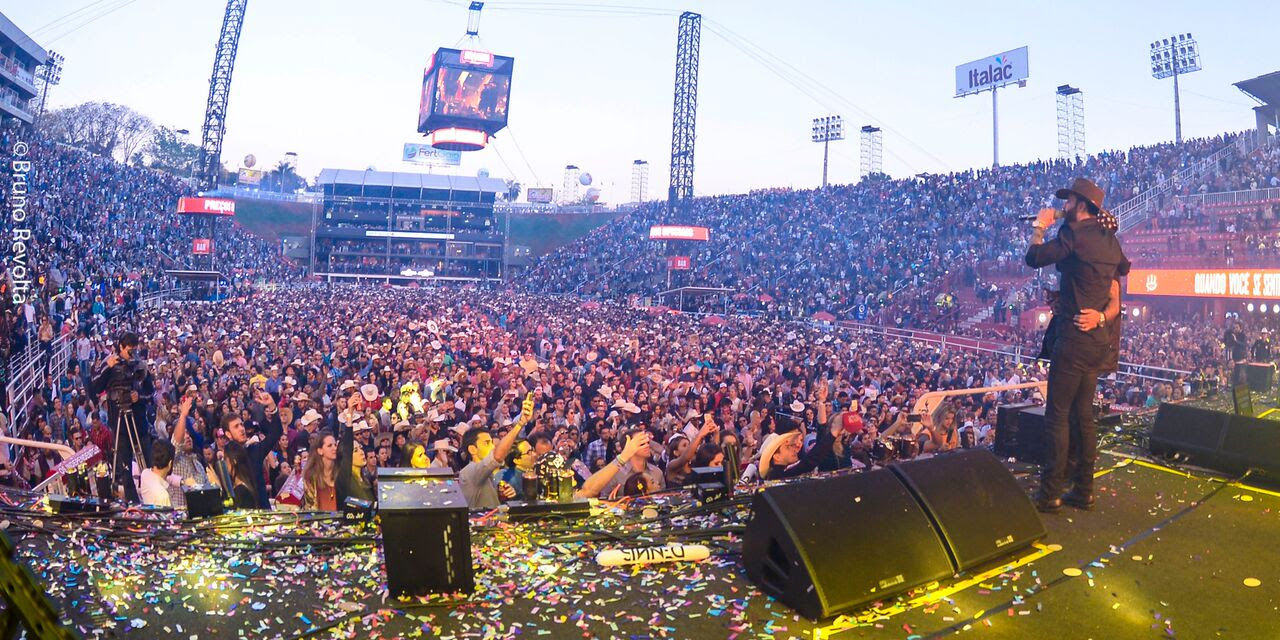 """Com direto a churrasco e """"boteco"""" no palco, Embaixador Gusttavo Lima faz 5 horas de show e amanhece na Arena da Festa do Peão de Barretos"""