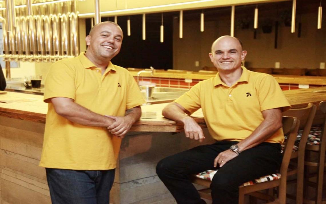 Os sócios Fábio Campos e Marcelo Lima na noite em que inauguraram o Tamareira Fábrica Bar no bairro Santa Cruz