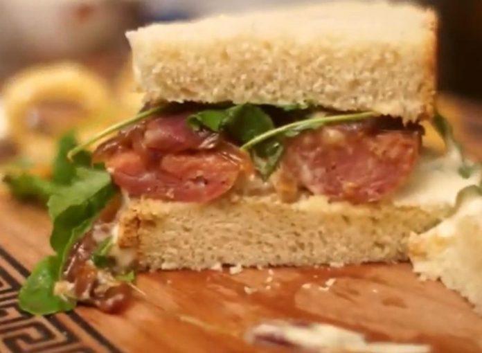 sanduíche de linguiça