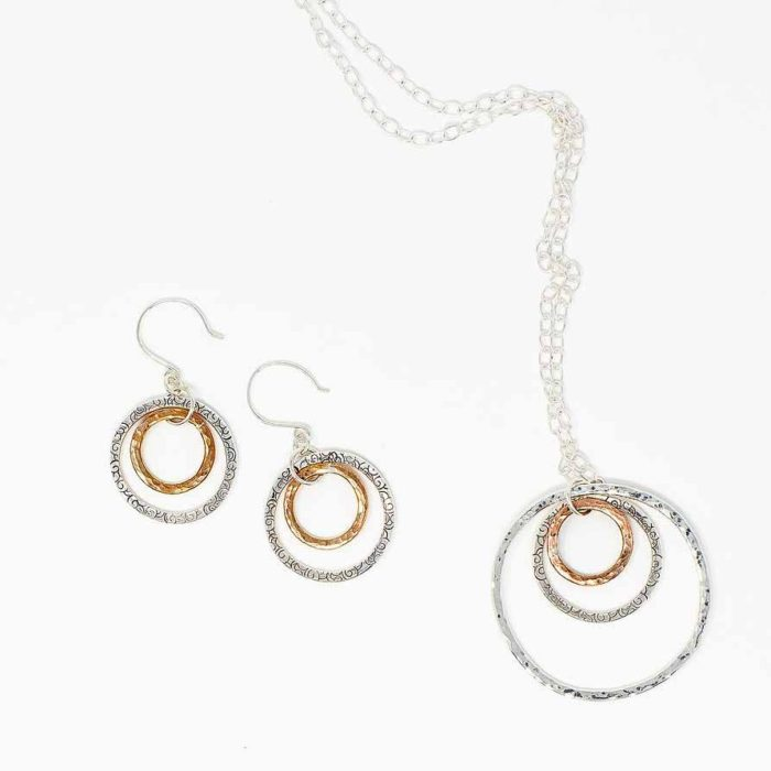 Long necklace with three circles in silver and copper