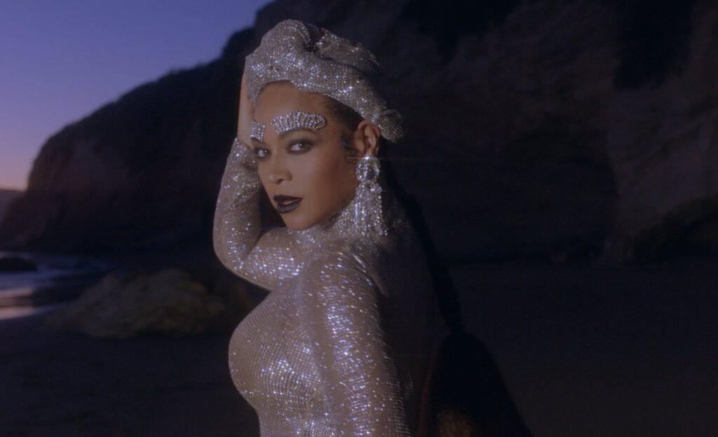 Beyoncé-Wearing-Crystal-Eyebrow-Jewelry