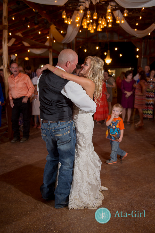 bradys bloomin barn san antonio wedding (25)