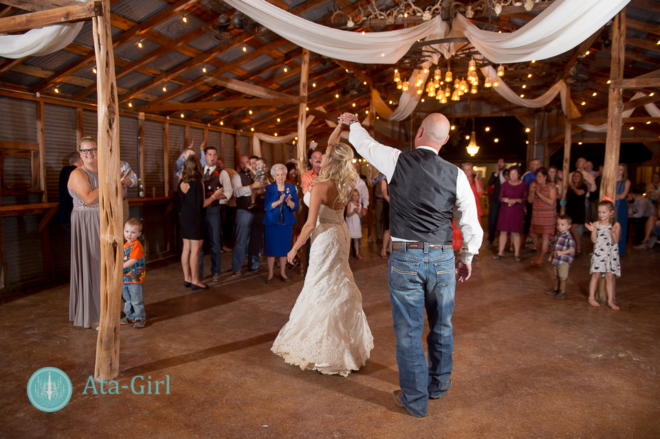 bradys bloomin barn san antonio wedding (26)