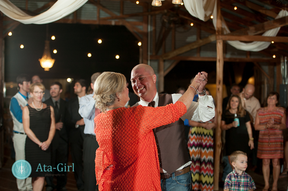 bradys bloomin barn san antonio wedding (29)