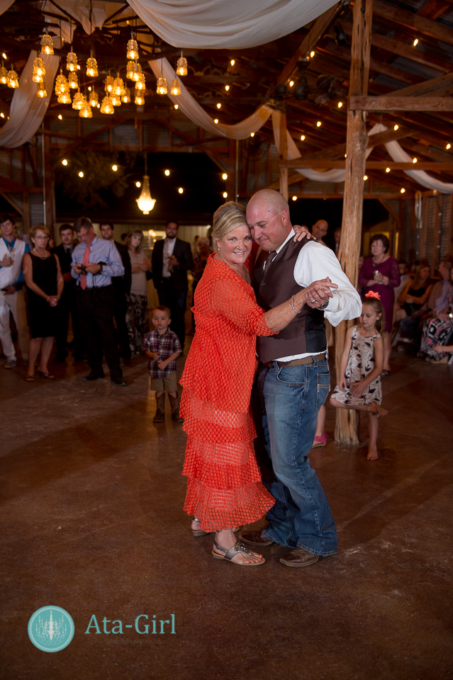bradys bloomin barn san antonio wedding (30)