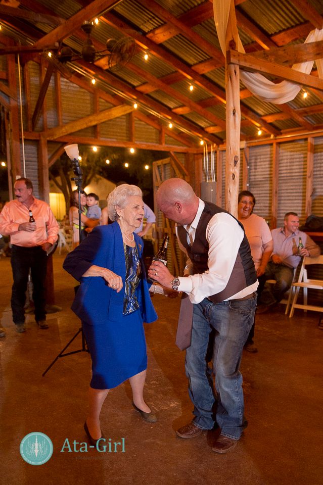 bradys bloomin barn san antonio wedding (32)