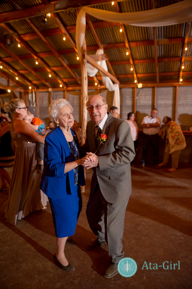 bradys bloomin barn san antonio wedding (33)