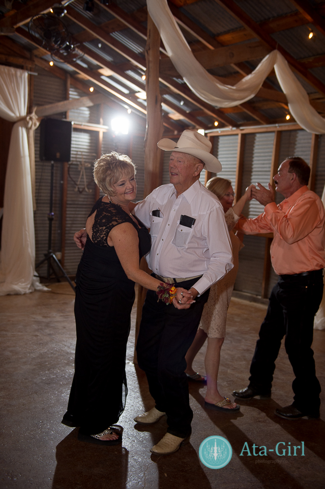 bradys bloomin barn san antonio wedding (34)