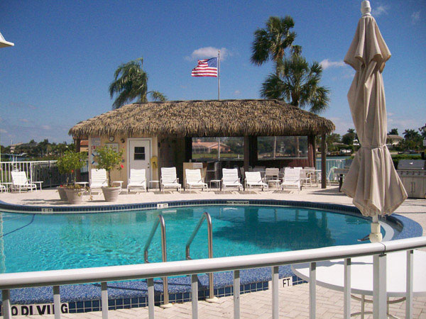 thatch-poolside-tiki-hut-in-naples